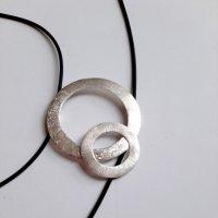 GoGo - Zilveren hanger aan rubberen veter -