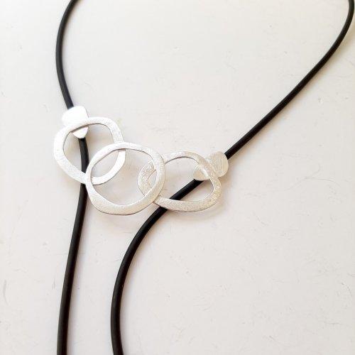 Deliciousss - Zilveren hanger aan rubberen veter -