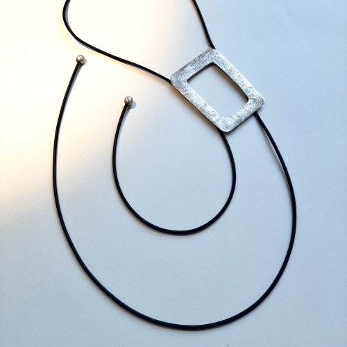 Vero - Zilveren hanger aan rubberen veter -