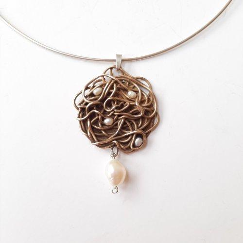 Sinuoso - Goudkleurig collier met parels -