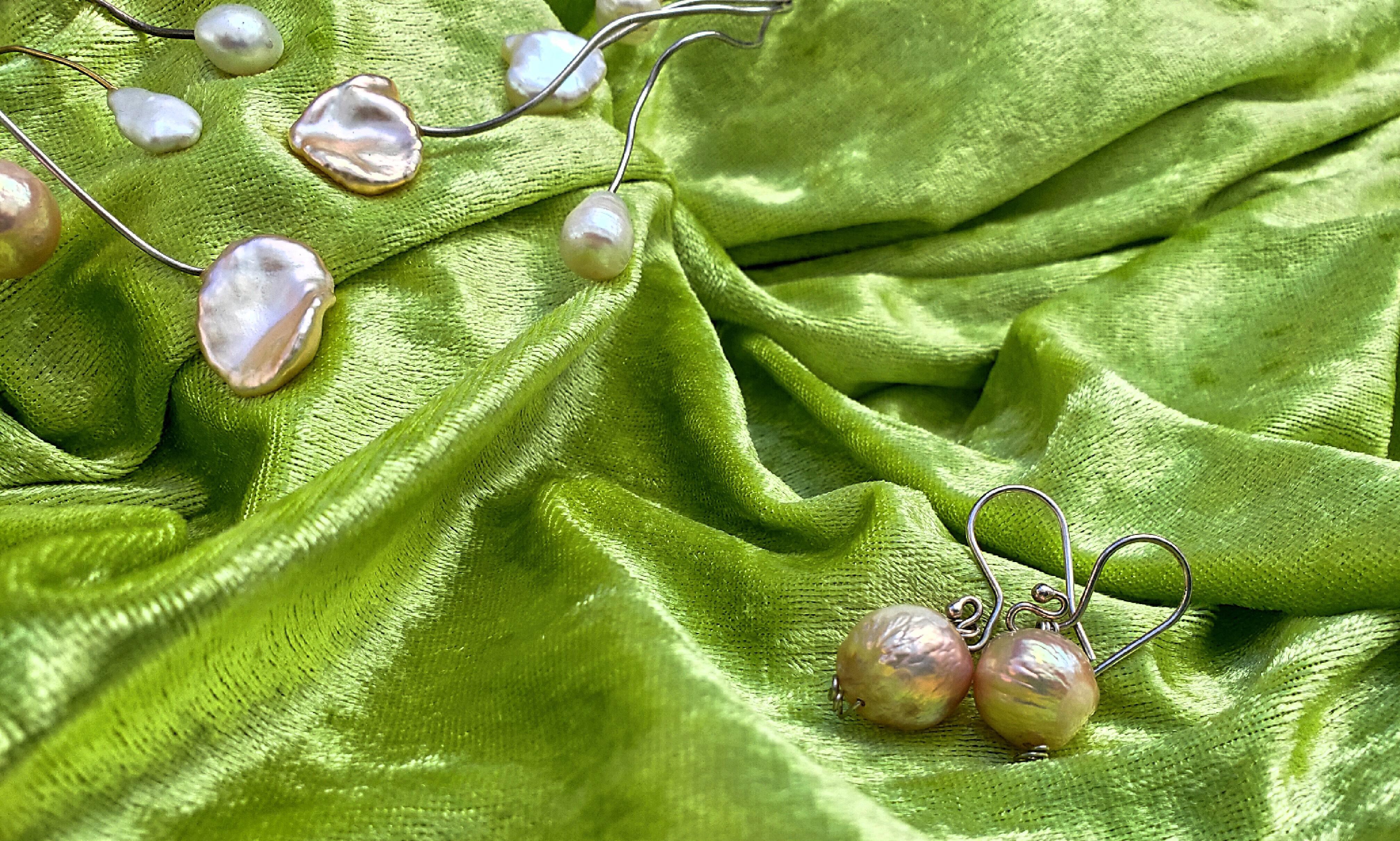 Elegante zilveren oorbellen met prachtige parels om volop te stralen! Combineert super met de unieke ketting Pearl Wonders (zilveren spang met zilver- en gouddraad)